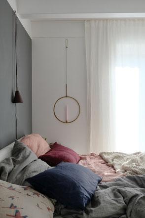 dieartige // Design Studio - Schlaffzimmer in Grau- und Rosetönen, Leinenbettwäsche, Spätsommer, graue Wand