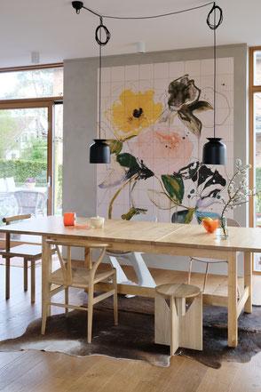 dieartigeBLOG - Essbereich mit IXXI, wall decor still flowers, wooden dining table