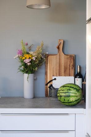 dieartige // Design Studio - Küchen mit Wiesenblumen, Grau, Weiß + Holz