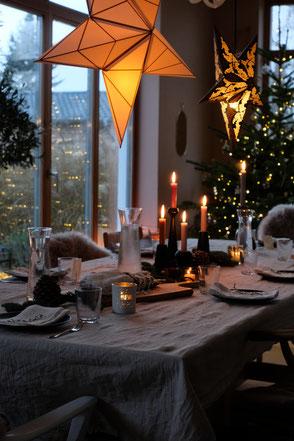 dieartige // Design Studio - #Esstisch #Advent #Weihnachten #Dekoration #Sterne #Weihnachtsbaum