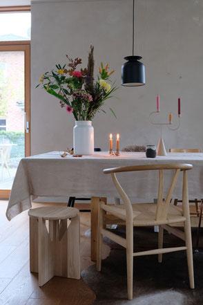 dieartige // Design Studio - Esstisch #diningroominspo mit Kalkfarbe von #kalklitir, Y-Chair #freshflowers #bloomon #kristinadam Eichenparkett