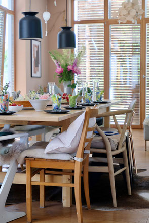 dieartige // #Tischdeko für #Gäste zum #Geburtstagskaffee; #Schiebeläden #Gubileuchten #Wishbonechair #Esstisch