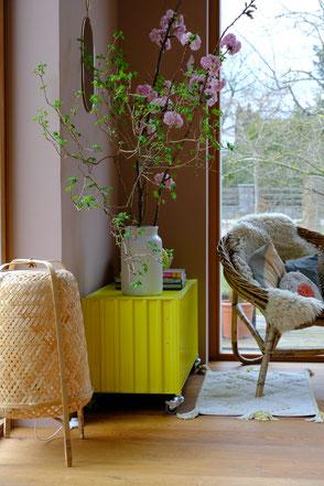 dieartige // Design Studio - Wohnzimmer, Leseecke #container ds von #magazin #schwefelgelb #frühlingsmood
