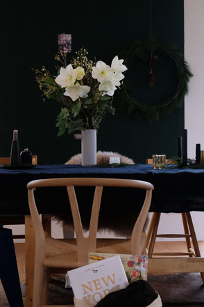 dieartige // Design Studio - Esstisch, Essplatz mit Wishbone Chair + Amaryllis, Wintermood
