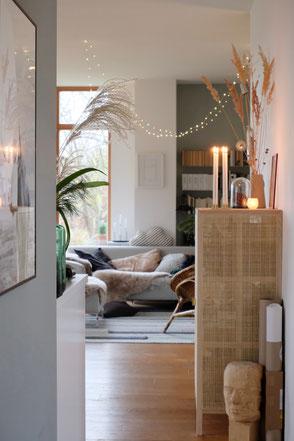 dieartige // Design Studio - #wohnzimmer im #advent, ##lichterkette #deko #sterne #sofa von #freistil #Rattanschrank Stockholm von #ikea