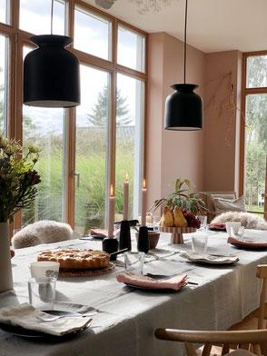dieartige // Design Studio - Kaffee-Tafel im Spätsommer, Leinen, Wandfarbe Rosé, schwarze Leuchten