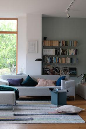 dieartige // Design Studio - Wohnzimmer im Spätsommer, Pflaume, Samtgrün, blasses Terrakotta-Rose, Grau-Petrol