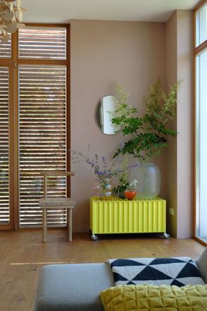 dieartige // Design Studio - Sommerlaune im Wohnzimmer, Holz-Schiebeläden, Container DS