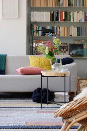dieartige // Design Studio - #Wohnzimmer, #Bücherregal, #Beistelltisch, #Sofa #RolfBenz-Freistil. #Knot-Kissen, #Rosa+#Gelb, #Grau+#Dunkelblau