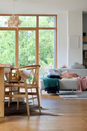 dieartige // Design Studio - #Wohnzimmer + #Essbereich im #Spätsommer - #WishboneChair,  #Freistil-Sofa, #Normanncopenhagen-Leuchte#Wollteppich