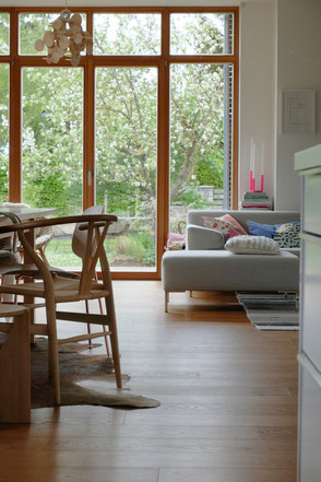 dieartige // Design Studio - Wohn-Essbereich neben der Küche, Loft, offenes Wohnen, raumhohe Fenster