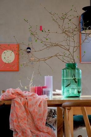 dieartige // Design Studio - Colorcombo auf dem Esstisch im Frühling, Koralle - Orange - Lavendel - Grün