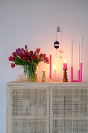 dieartige // Design Studio - #esszimmer #Rattanschrank #vases #tulpen #frühlingsmood
