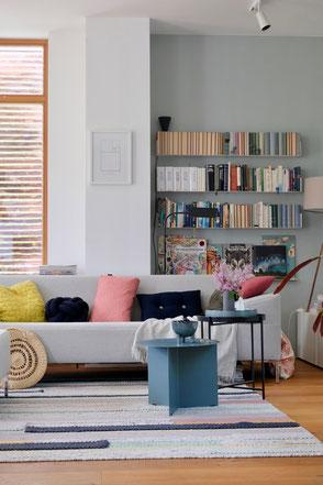 dieartige // #Wohnzimmer im Spät-#Frühling - #Teebooks-Regale, #Hay-Table, #Freistil-Sofa, #Wollteppich