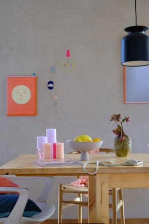 dieartige // Design Studio - Colorcombo auf dem Esstisch im Frühling, Gelb - Orange - Lavendel - Grau