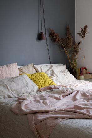 dieartige // Design Studio - Schlafzimmer #leinenbettwäsche von urbanara #schilf #natural #frühlingsmood #grey walls