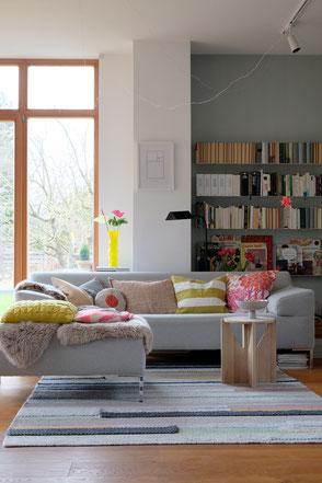 dieartige // Design Studio - #wohnzimmer im #frühling #colorcombo #deko #neon #Sofa von #freistil #teppich von #ikea