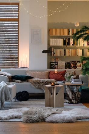 dieartige // Design Studio - #wohnzimmer im #winter, #lichterkette #deko #Fell #Sofa von #freistil #eichenparkett von #haro