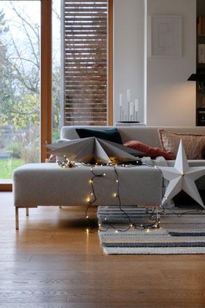 dieartige // Design Studio - #wohnzimmer im #advent, ##lichterkette #deko #sterne #sofa von #freistil #eichenparkett von #haro