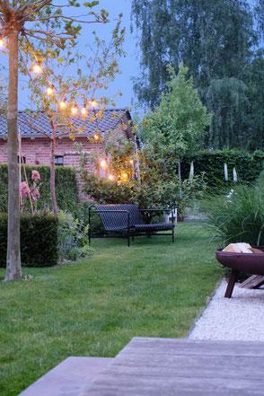 dieartigeGARTEN // Abendstimmung - #Licherterkette #Garten-Lounge-Sofa #Palissade von #Hay in anthrazit + #Iris + #Steppenkerze