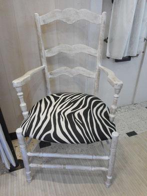 Fauteuil Paillé bois lasuré en blanc et recouvert d'un tissu motif Zèbre noir et blanc