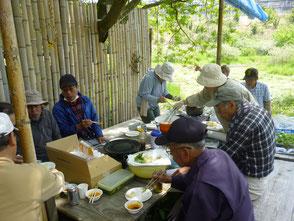 森のカフェで昼食を食べながら宵祭りの反省会