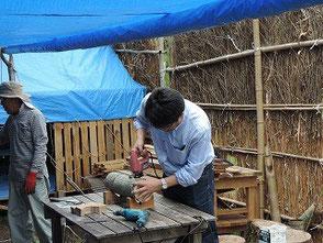 ジグソーを使い桜の花の彫物に挑戦する石井記者