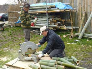 竹を裁断する山田さん