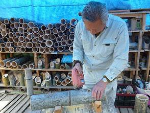 ジグソーを使って竹を彫る間瀬です