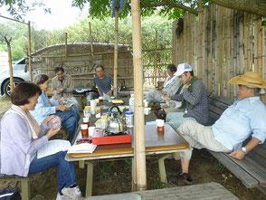 森のカフェで休憩、暑いけど今日も話が弾みます