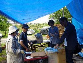 ロウソク再利用を説明する大木さん、鈴木さん(左)