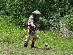 とても蒸し暑い中で広場の草刈り作業