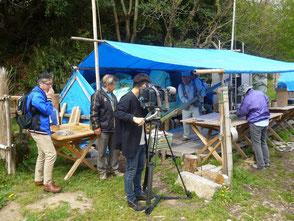 竹灯篭作りをする会員の活動風景を取材