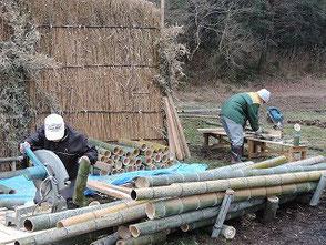 電動丸のこで竹の裁断をする山田さんと大木さん