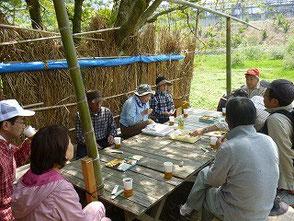 森のカフェでお茶タイム!楽しく会話が弾みます