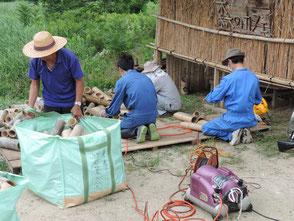 興正寺へ貸出す竹灯篭を手入れする会員