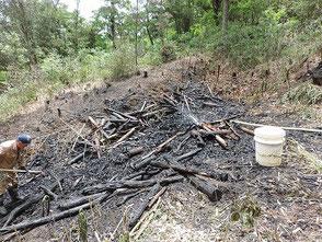里山保全活動で搬出した竹の焼却作業