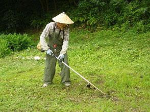 つなぎの服を着て作業する岡田さん!