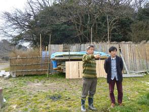 自然環境学習の森について説明する木村会長(左)