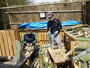 3本組灯篭を作る坂口さん(左)と大木さん