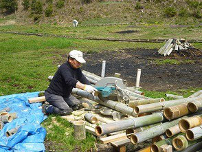 竹の裁断を続ける山田さん