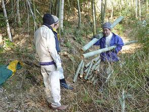 竹を運搬する吉田さん(右)橋本さん(左)山口さん