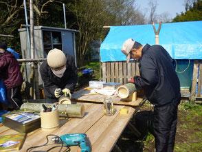 彫灯篭を作る鈴木さん(左)と伊藤(正)さん