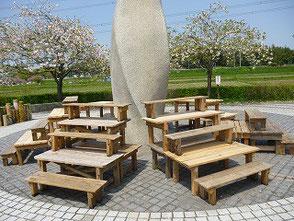 再会広場で七角形のひな壇(高椅子21低椅子15)