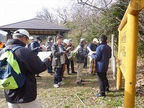 自然環境学習の森について質問する参加者の皆さん