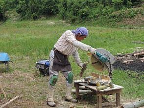 電動マルノコで竹を裁断する岡田さん