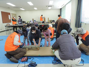 親子で彫竹灯篭作りを楽しむ参加者と会員