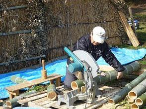 電動丸ノコで竹の裁断を続ける山田さん