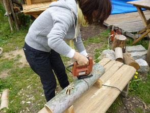竹灯篭作りに挑戦する応援者、トンボを彫ってます!