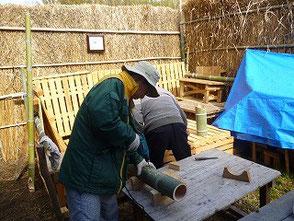 彫灯篭を作る大木さん